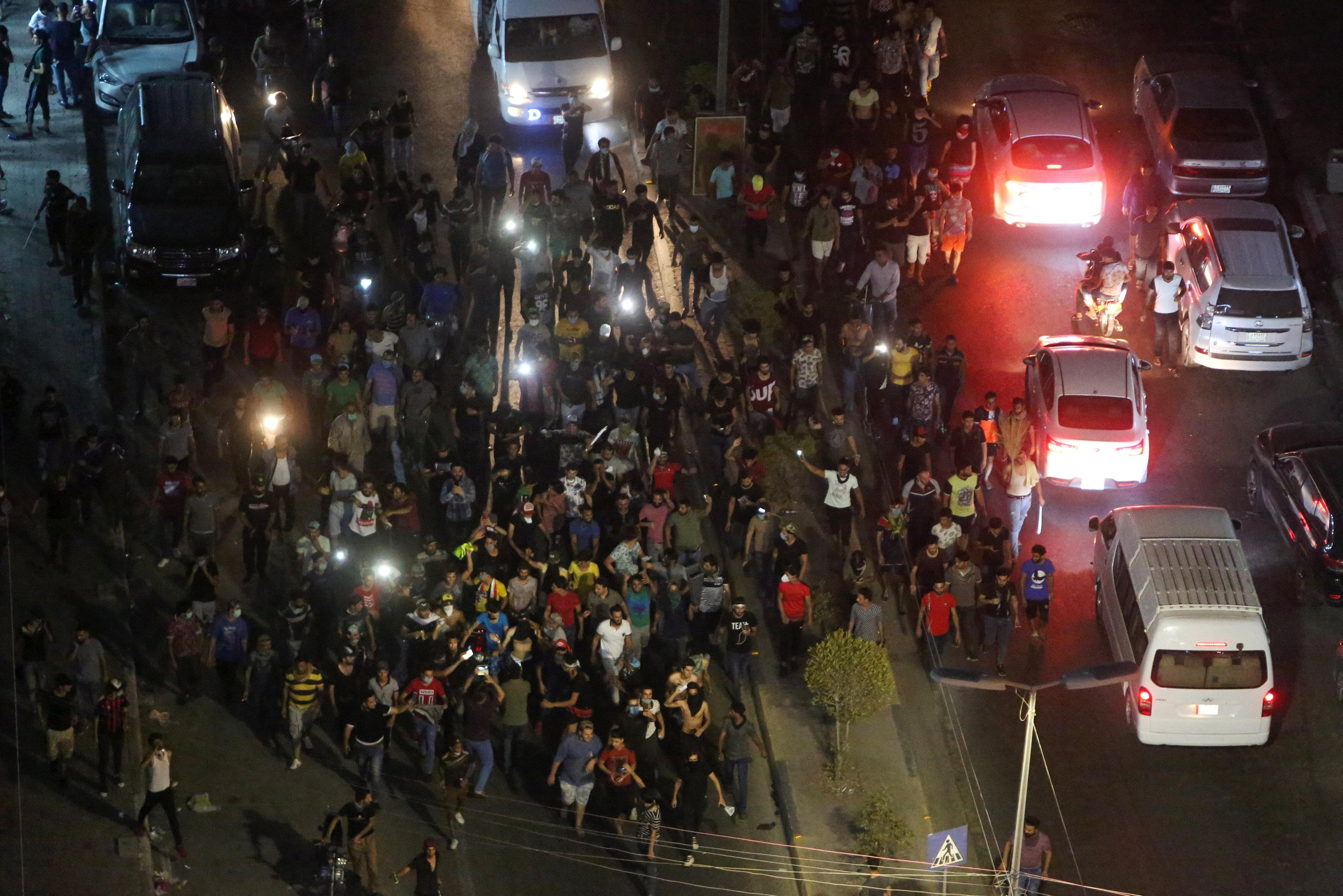 المتظاهرون يشعلون النار فى مقار الأحزاب