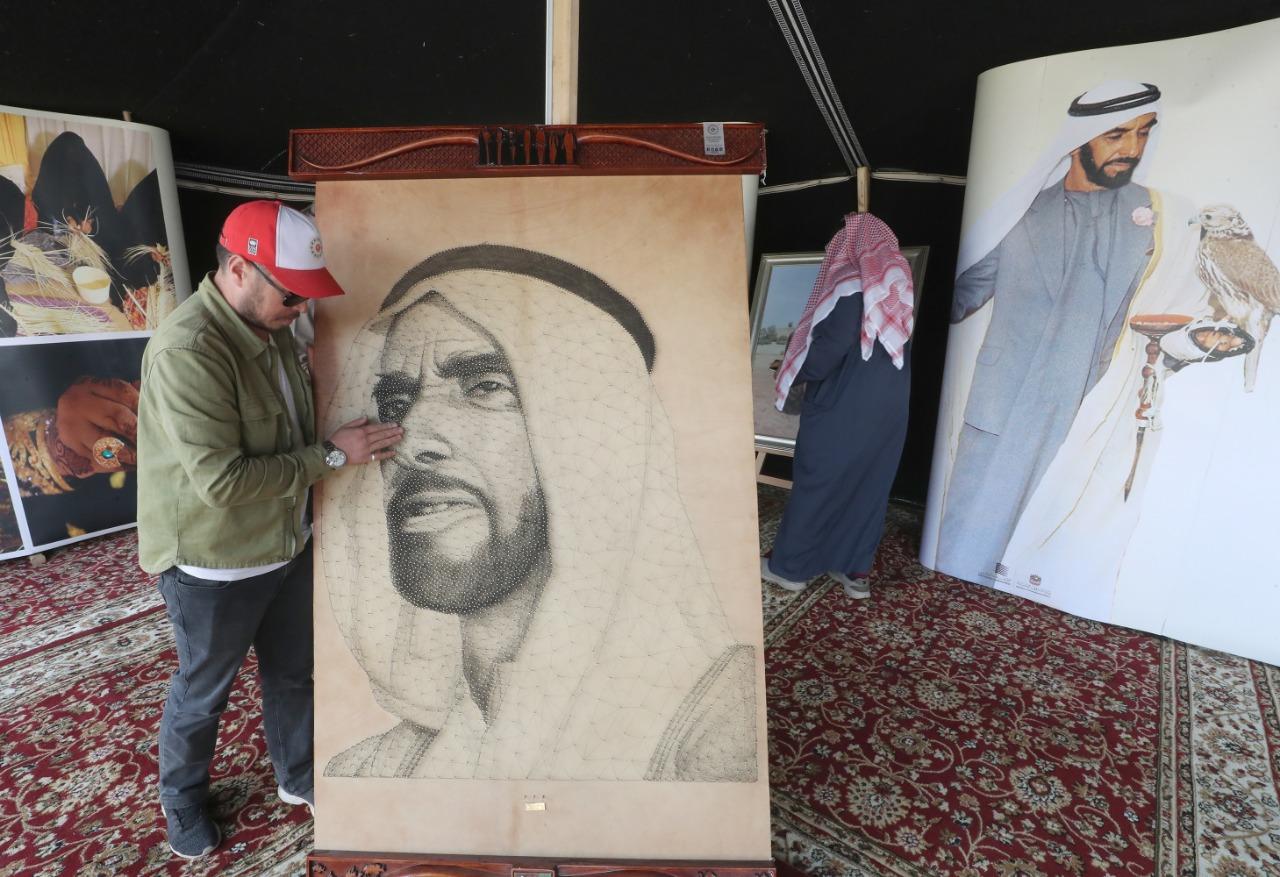 لوحة للشيخ زايد من المسامير المذهبة والخيوط فى مهرجان الألعاب البدوية (2)