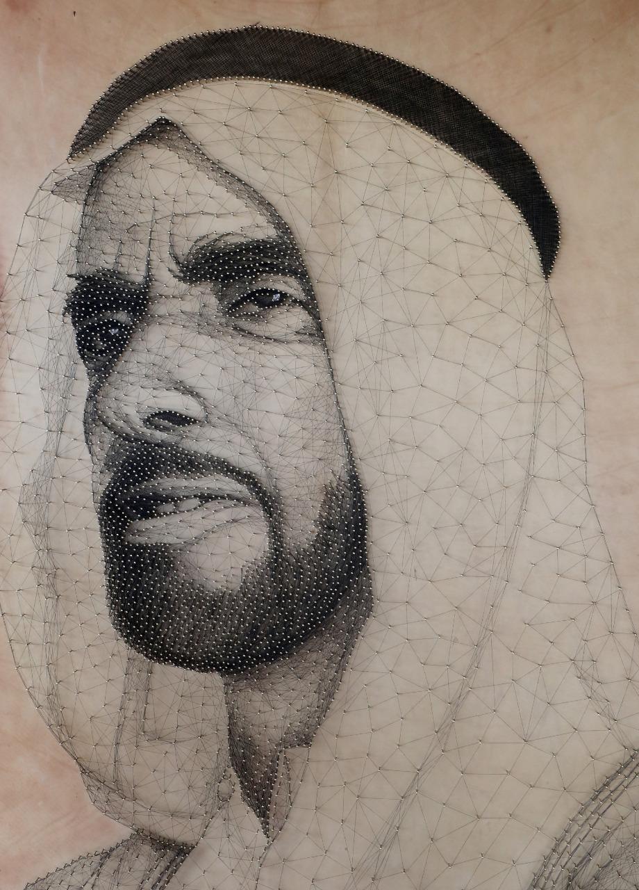 لوحة للشيخ زايد من المسامير المذهبة والخيوط فى مهرجان الألعاب البدوية (1)