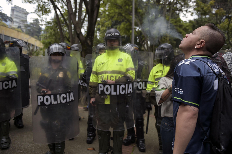 شاب يشرب المخدر أمام الشرطة