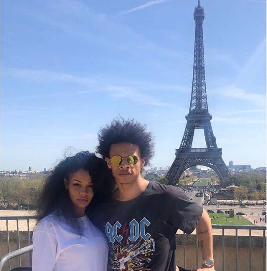 ساني مع صديقته أمام برج إيفل