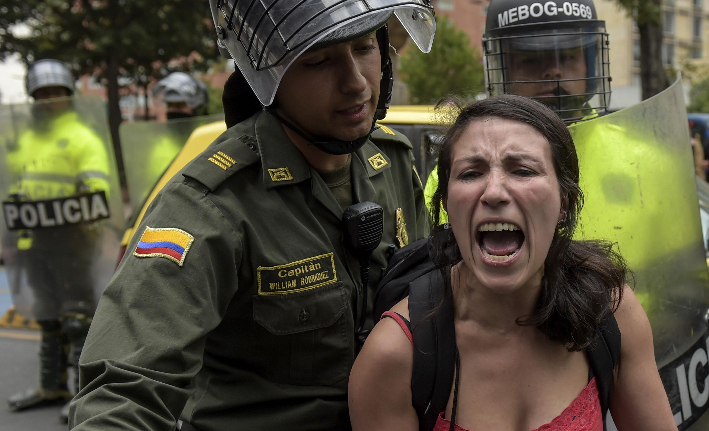 الشرطة تعتقل إحدى المتظاهرين