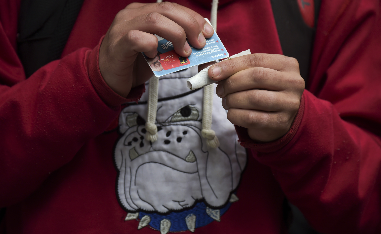 شاب يضع المخدرات داخل السيجارة