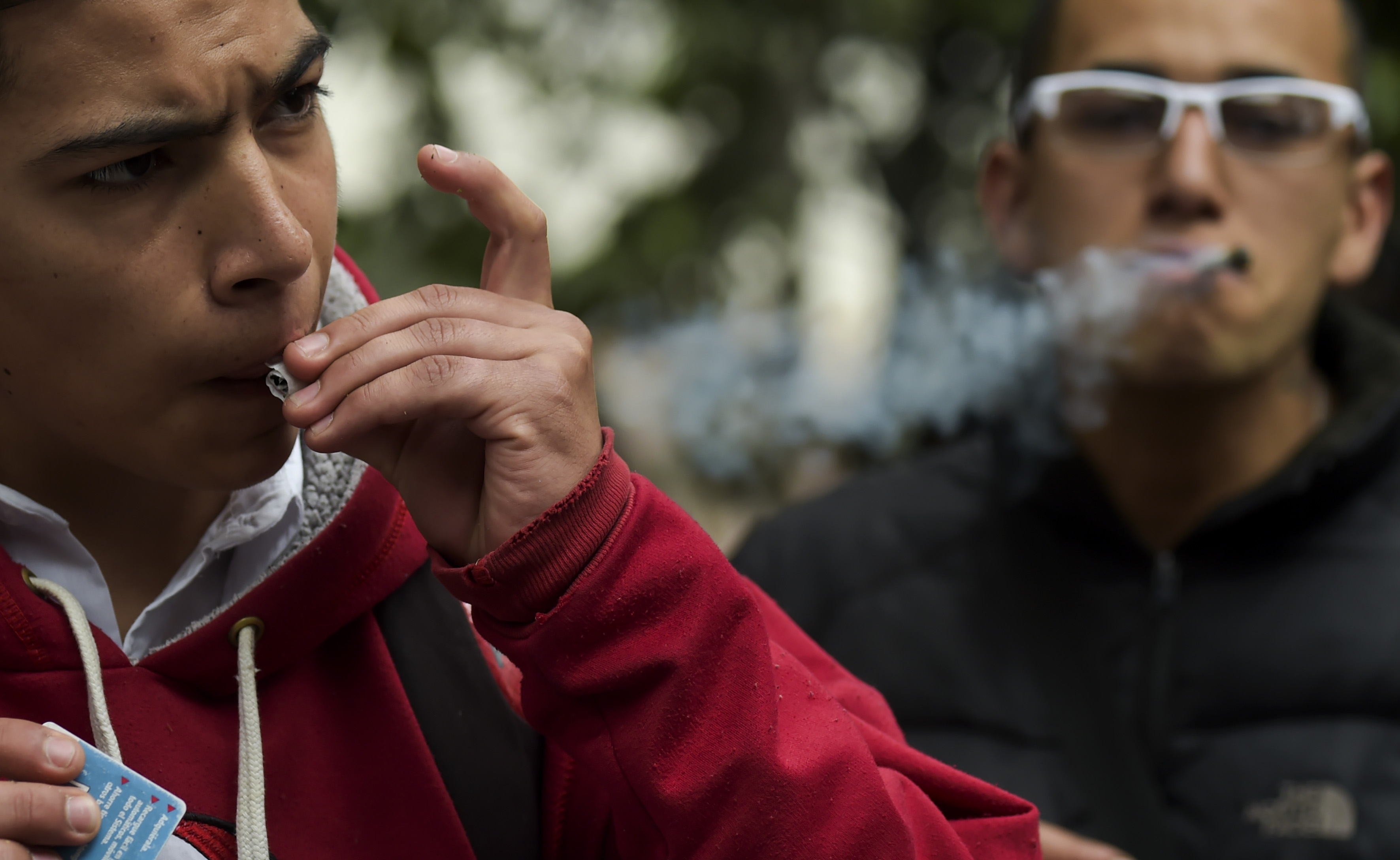 أحد المتظاهرين يشرب المخدر