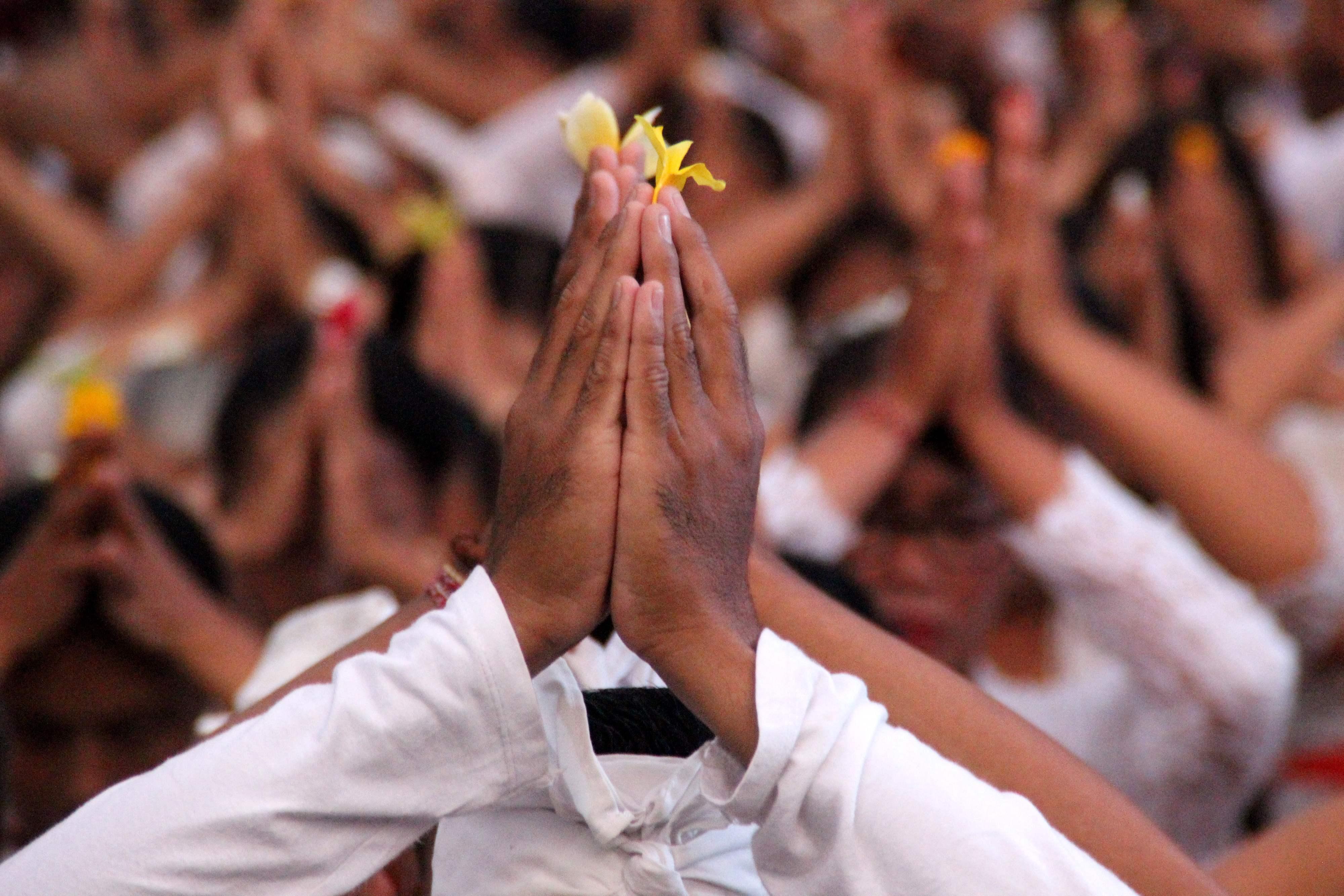 المصلون الهندوس يحملون الزهور