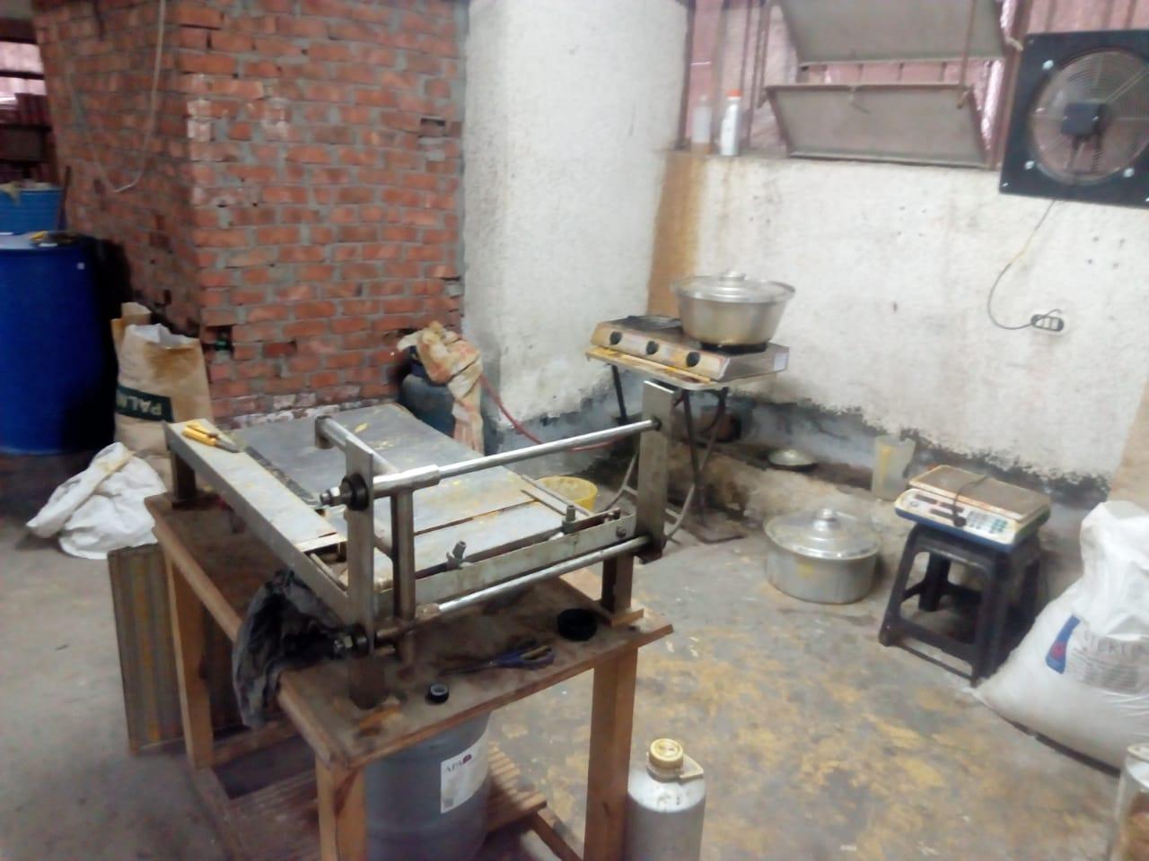 ضبط مصنع عطور مجهولة (2)
