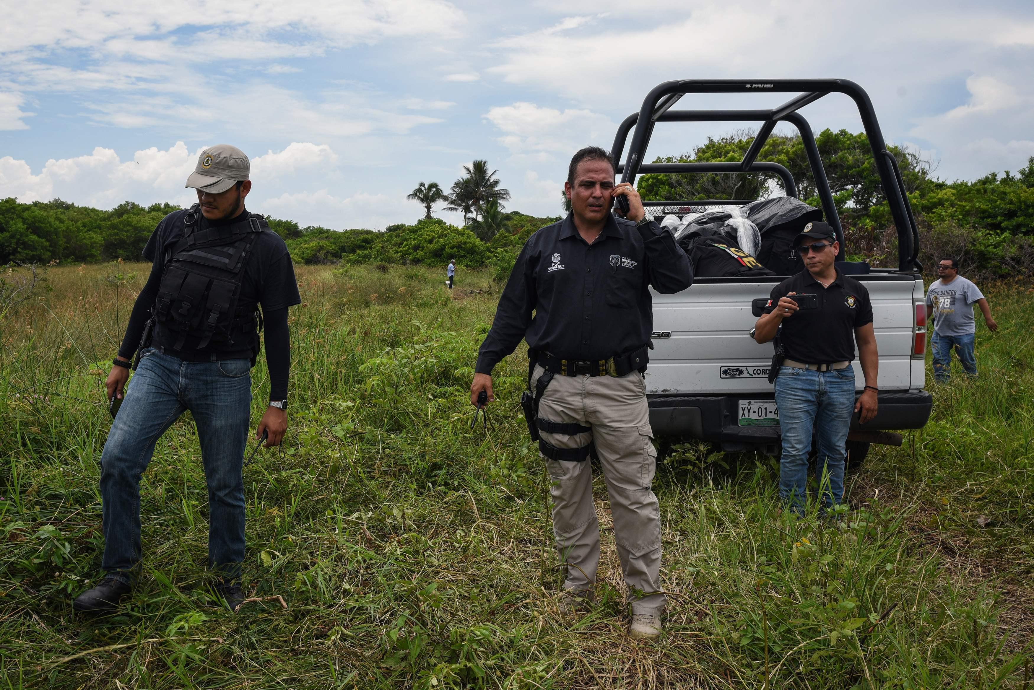 عناصر من الشرطة المكسيكية بموقع العثور على مقبرة