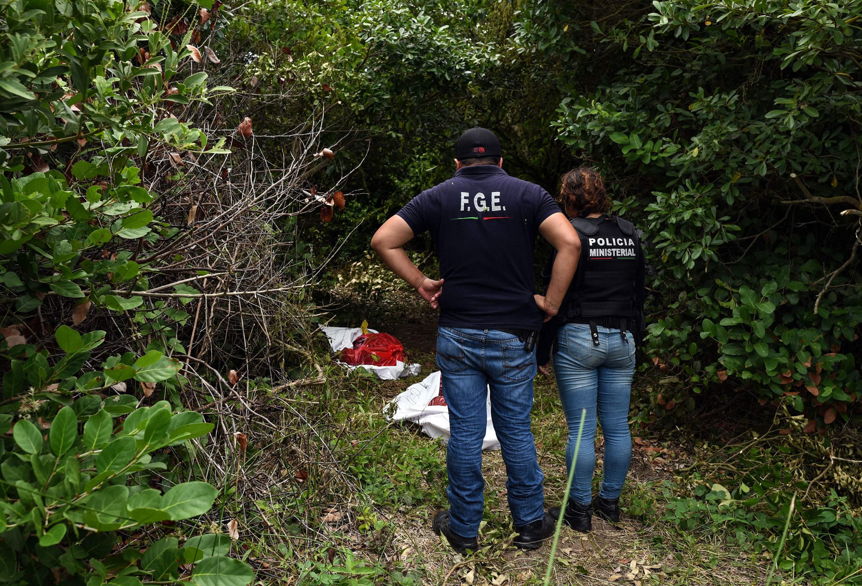 الشرطة المكسيكية تستخرج الضحايا