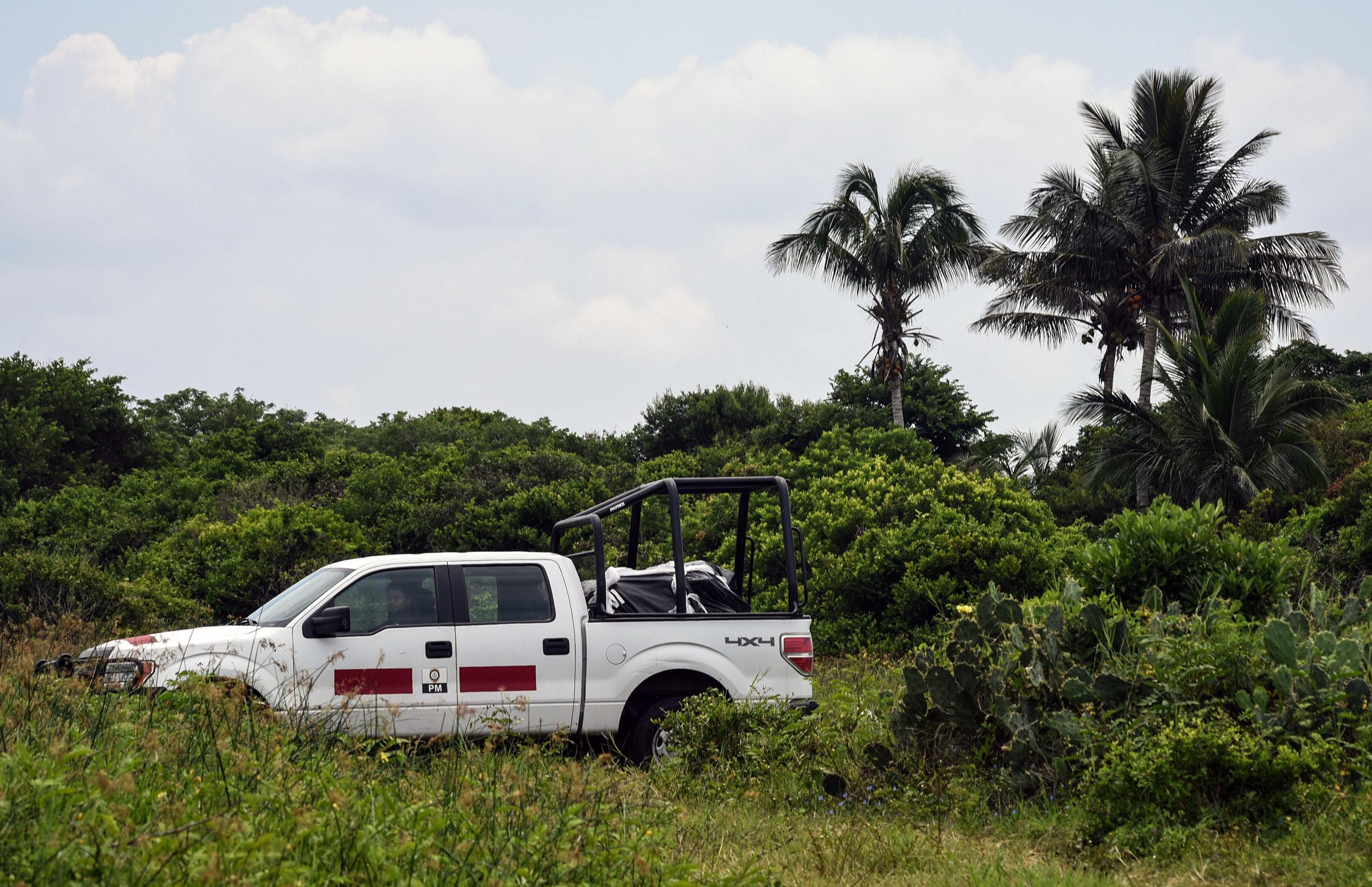 سيارة الشرطة بموقع المقبرة