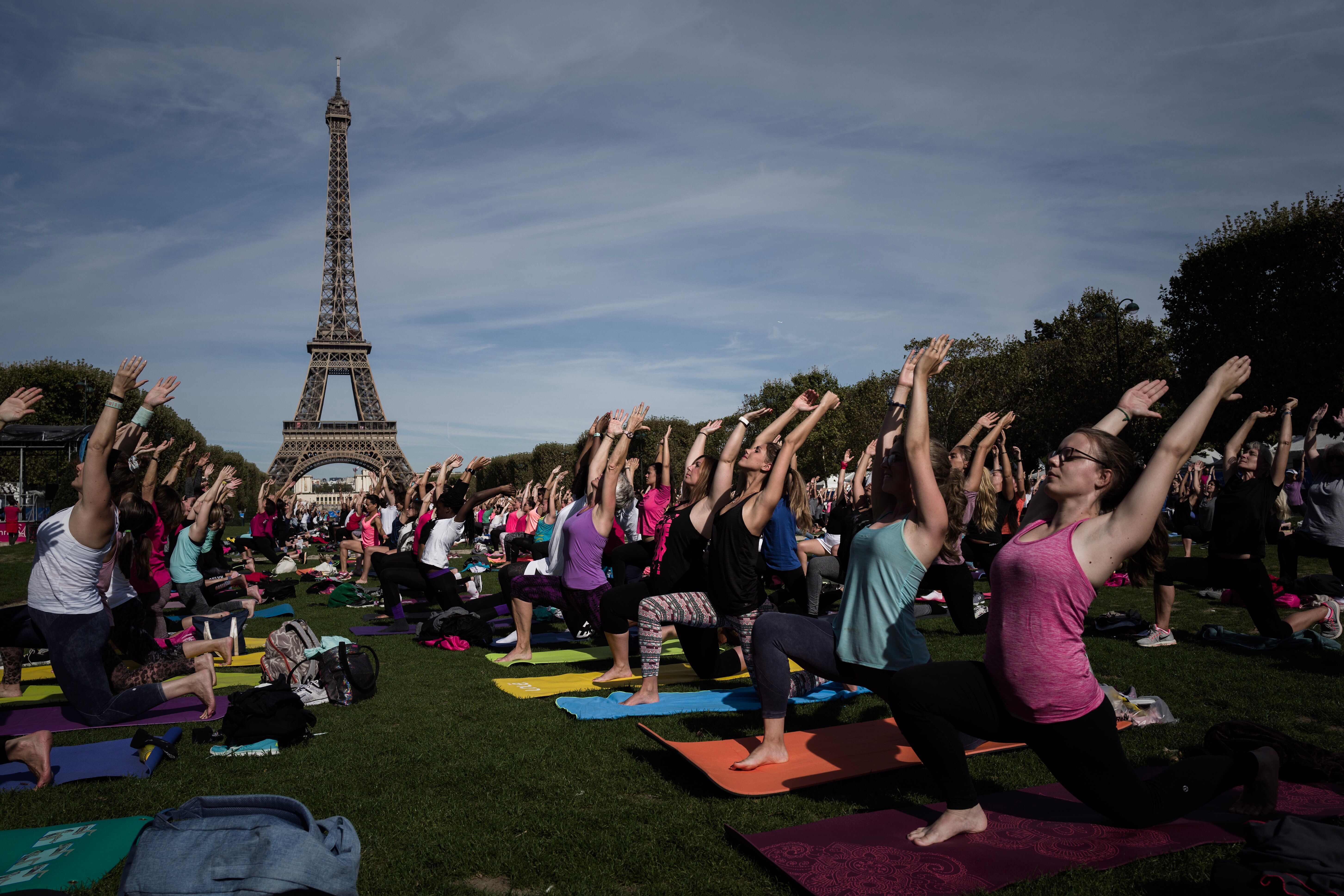 المئات يشاركون فى ممارسة اليوجا