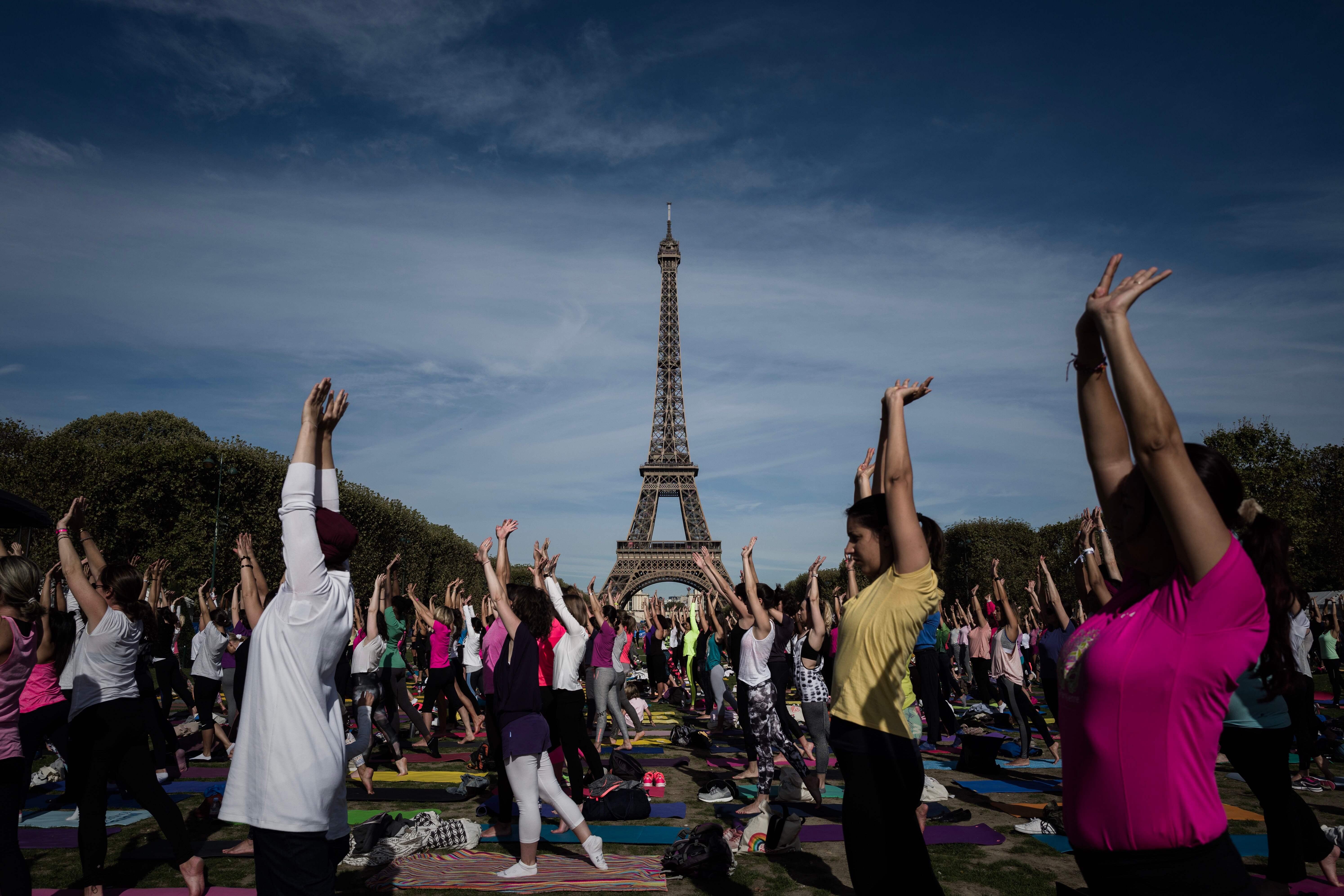 عادة ما تجرى الاحتفالية سنويا فى فرنسا حول برج إيفل