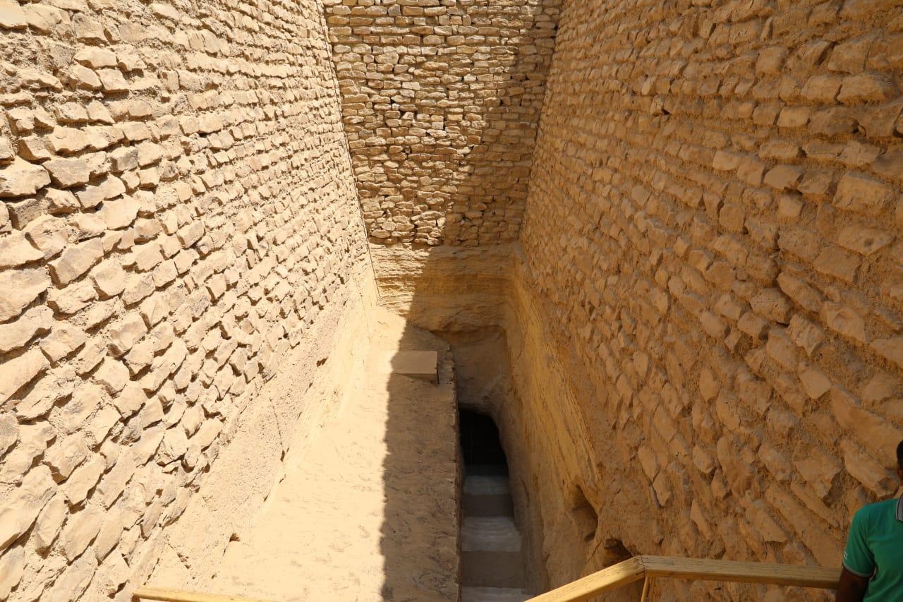وزير الآثار ووزيرة الهجرة فى المقبرة الجنوبية للملك زوسر (1)