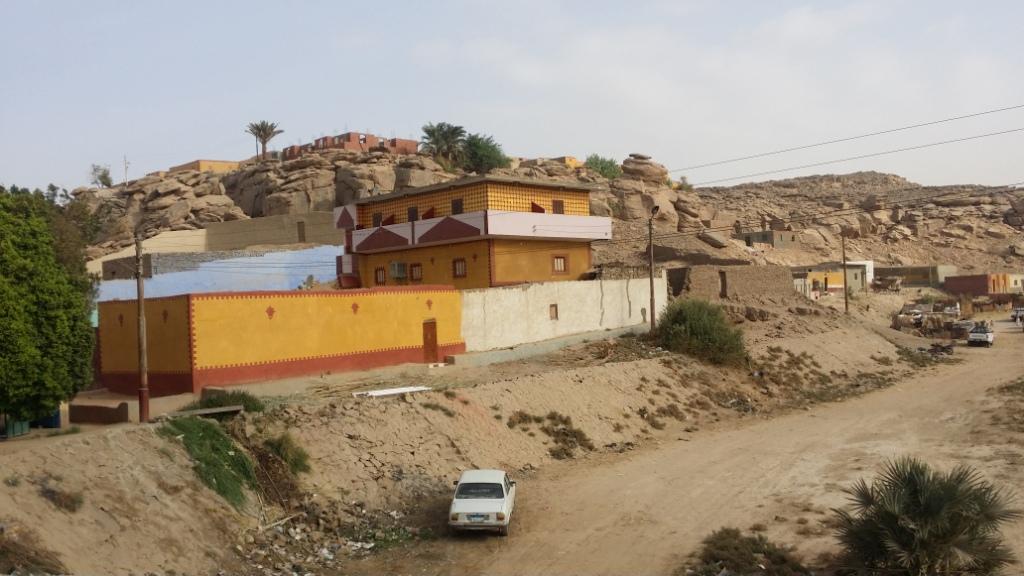 المنازل والكتل الصخرية