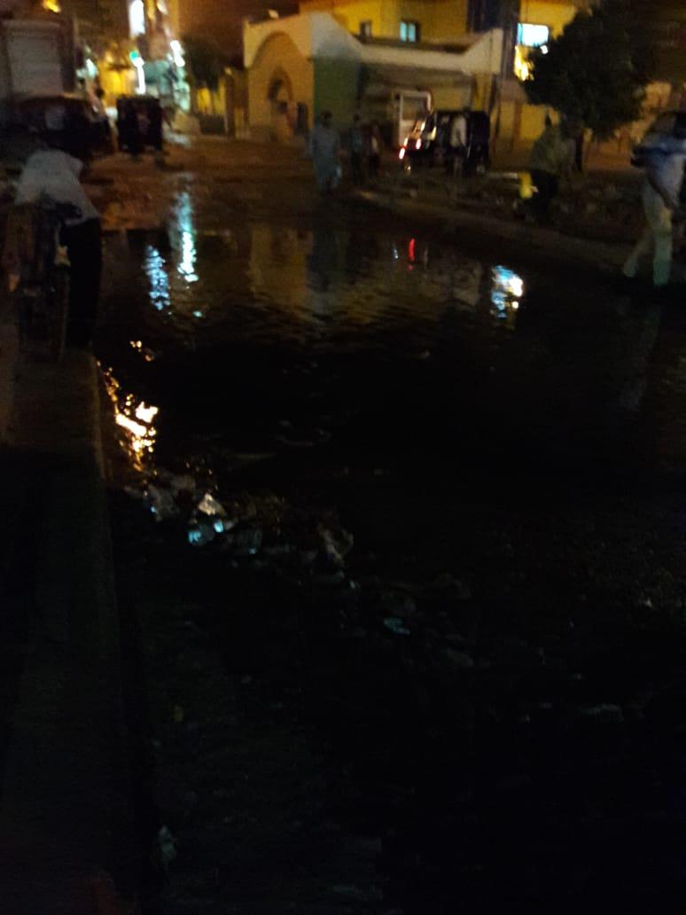 مياه الصرف الصحي تغرق كوبري الإسعاف بطريق السماد بأسوان (2)