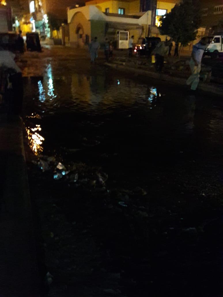 مياه الصرف الصحي تغرق كوبري الإسعاف بطريق السماد بأسوان (1)