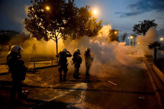جانب من إطلاق الغازات المسيلة للدموع