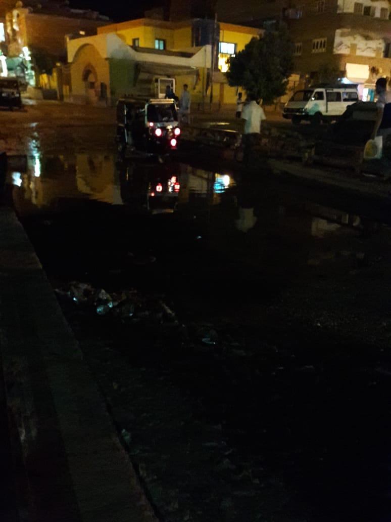 مياه الصرف الصحي تغرق كوبري الإسعاف بطريق السماد بأسوان (3)