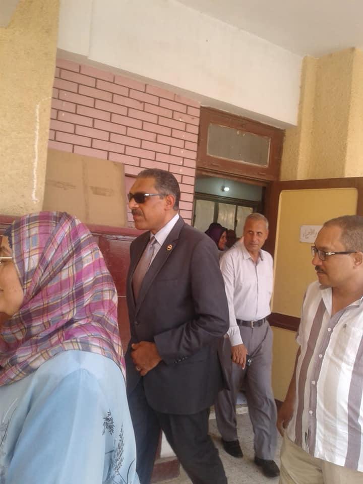 رئيس مدينة شبرا الخيمة يتفقد المدراس (4)