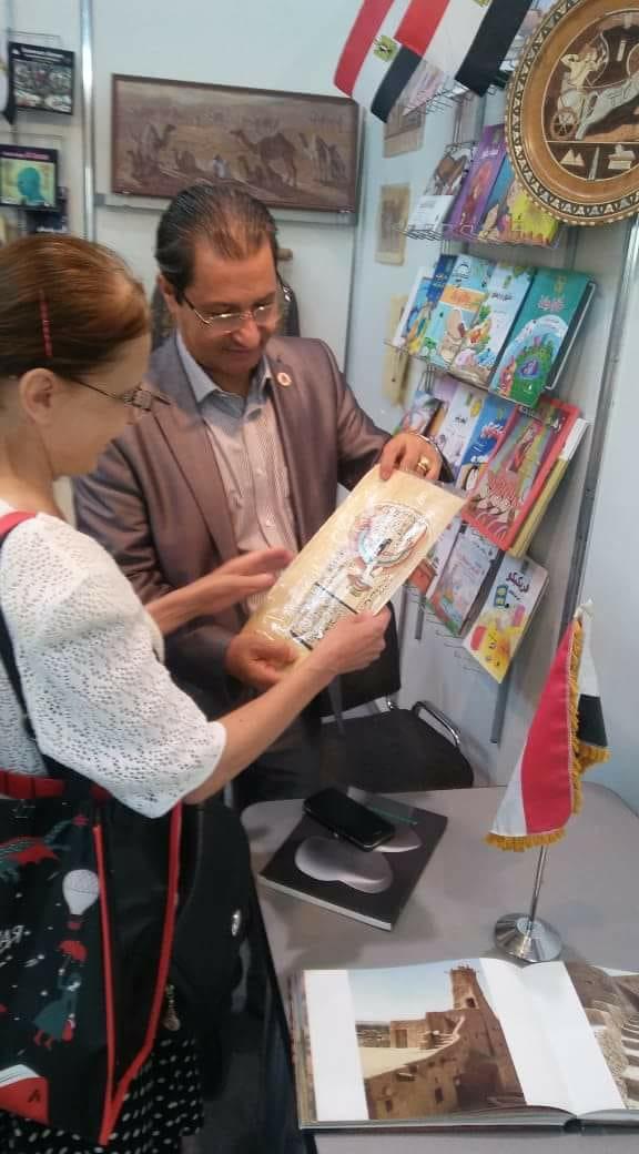 المستشار الثقافى المصرى فى جناح مصر بمعرض موسكو للكتاب (2)