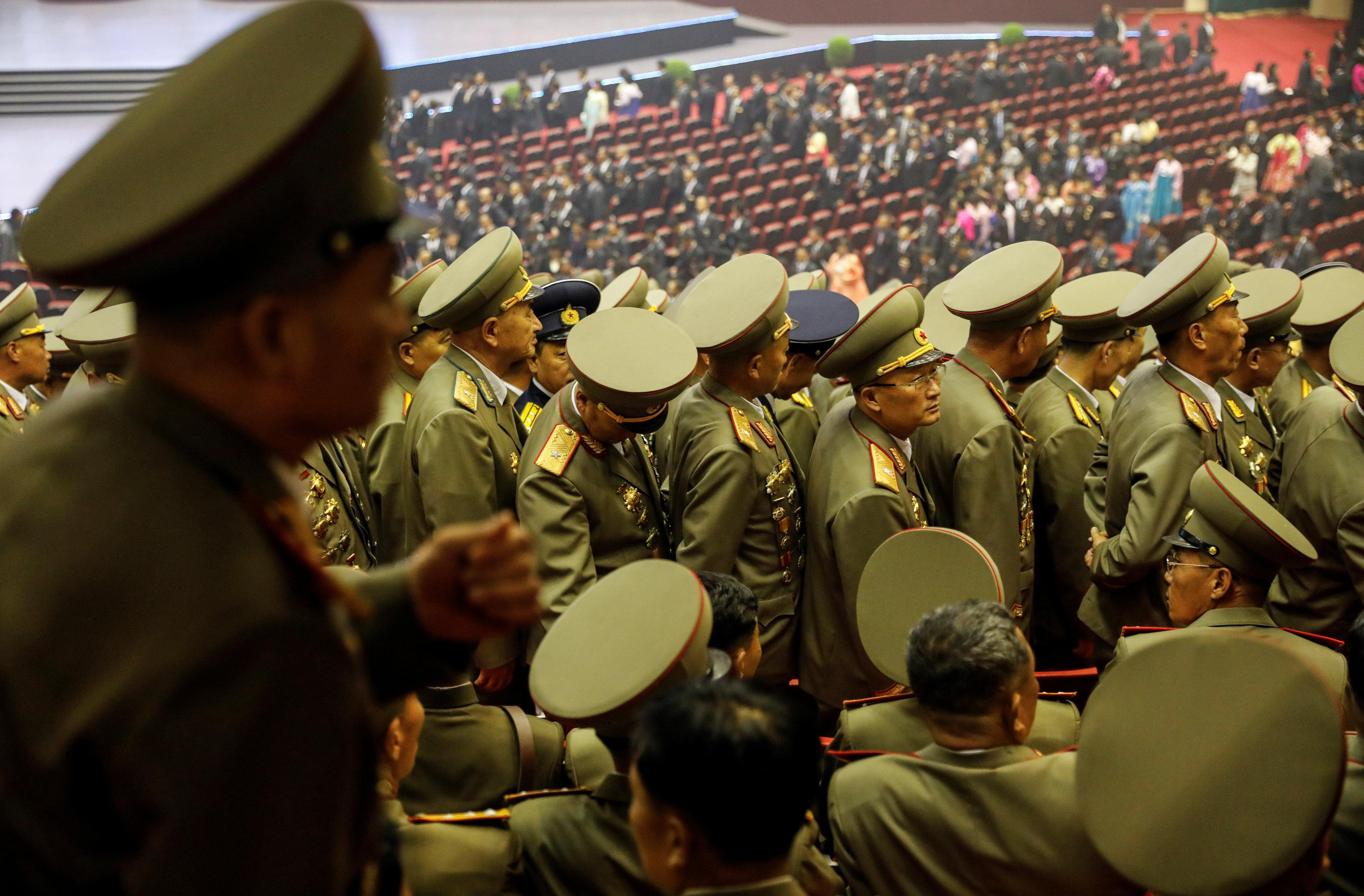 ضباط الجيش بعد حضور حفل موسيقى عشية الذكرى السنوية السبعين لتأسيس كوريا الشمالية