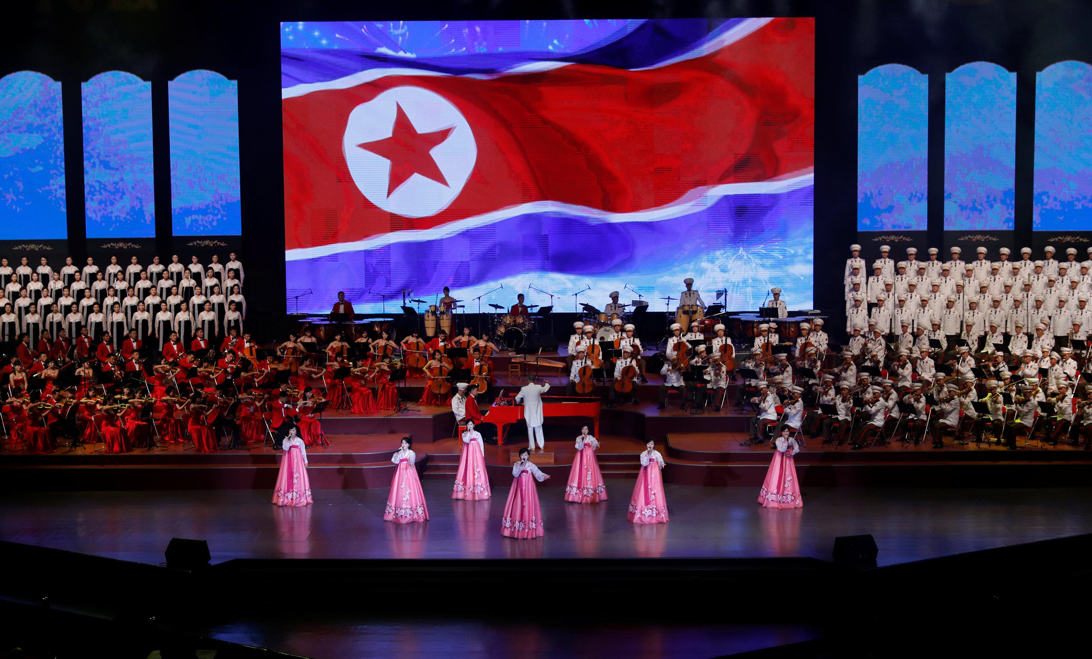 فنانو الأداء خلال حفل موسيقى عشية الذكرى السنوية السبعين لتأسيس كوريا الشمالية
