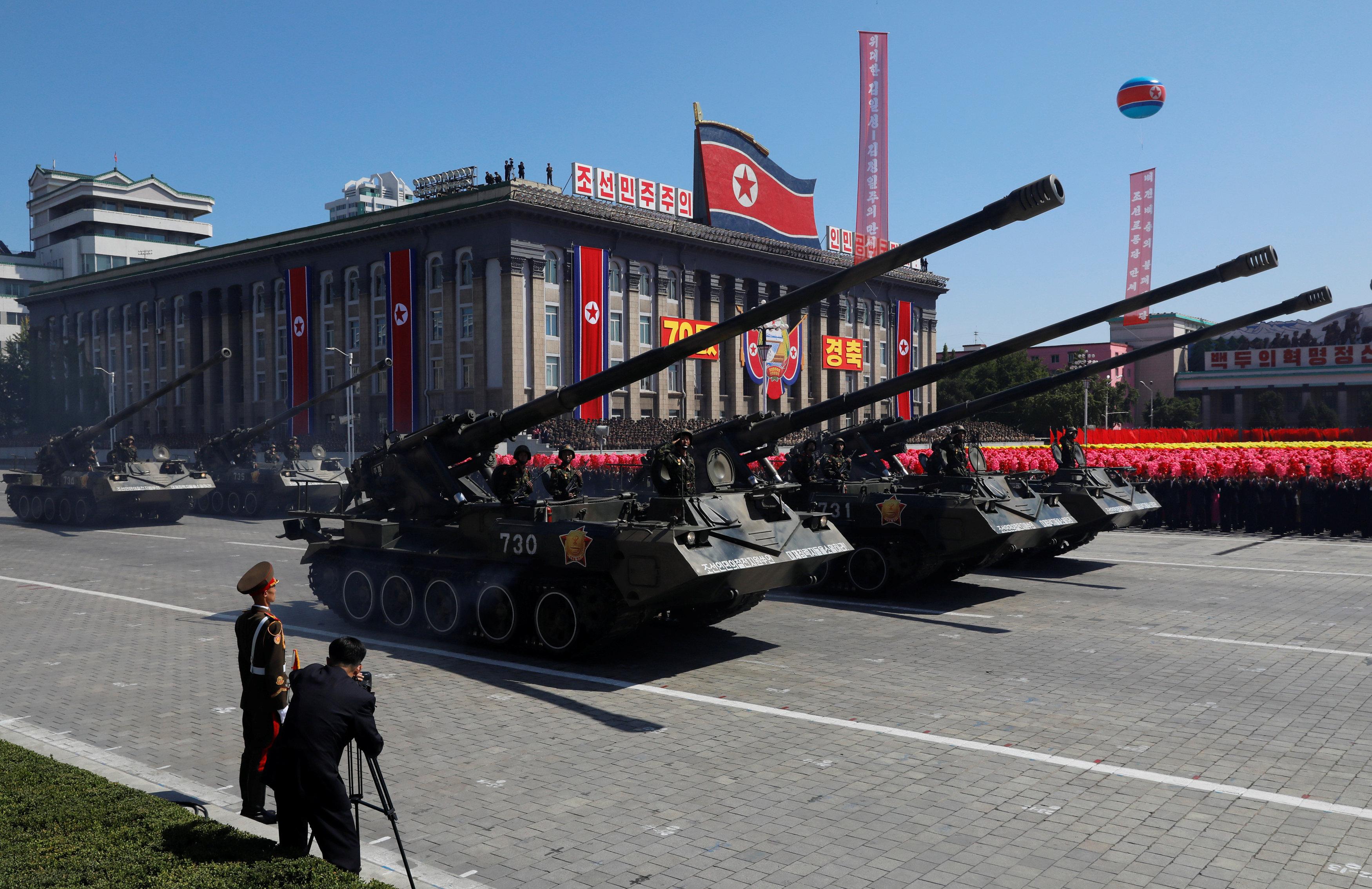عرض عسكرى للجنود بالدبابات