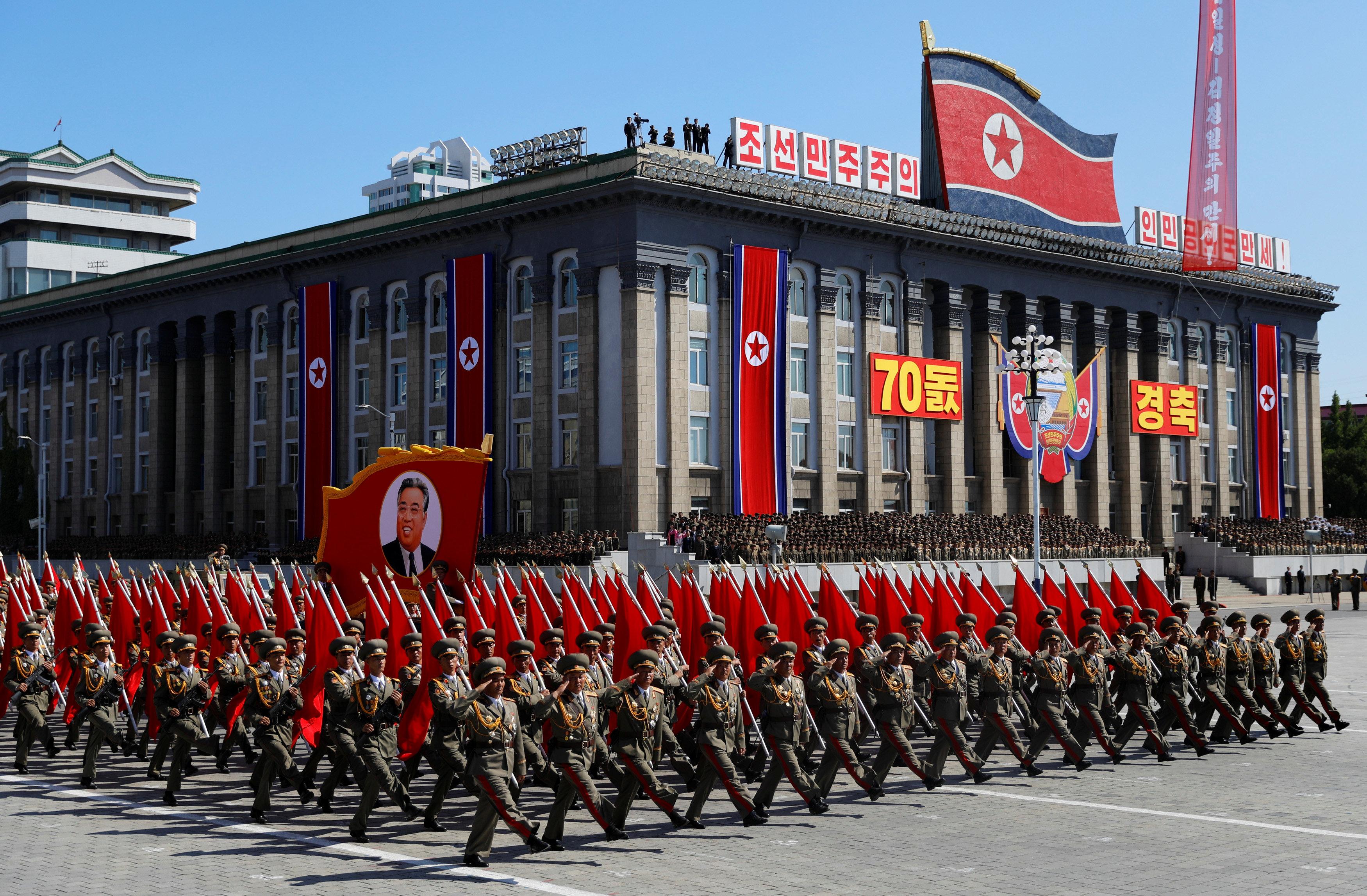جنود يسيرون خلال مسيرة عسكرية بمناسبة الذكرى السبعين لتأسيس كوريا الشمالية
