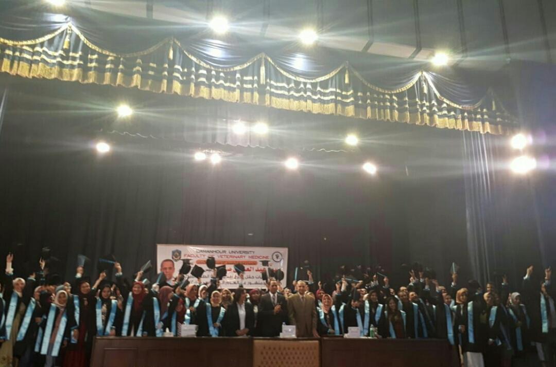 رئيس جامعة دمنهور يشارك فى حفل تخرج طلاب الدفعة السابعة بكلية الطب البيطري