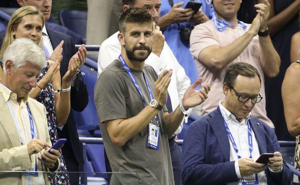 بيكيه مدافع برشلونة فى أحد ملاعب التنس