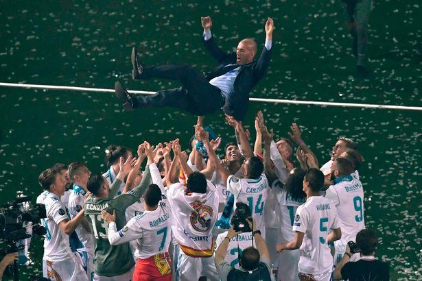 لاعبو ريال مدريد يحملون زيدان بعد التتويج بلقب دورى أبطال أوروبا