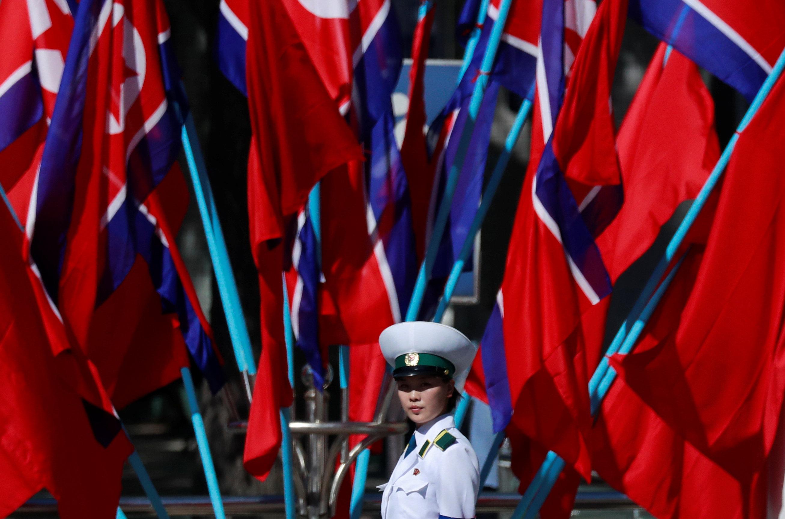 امرأة شرطة تنظم المرور قبل الذكرى السبعين لتأسيس كوريا الشمالية