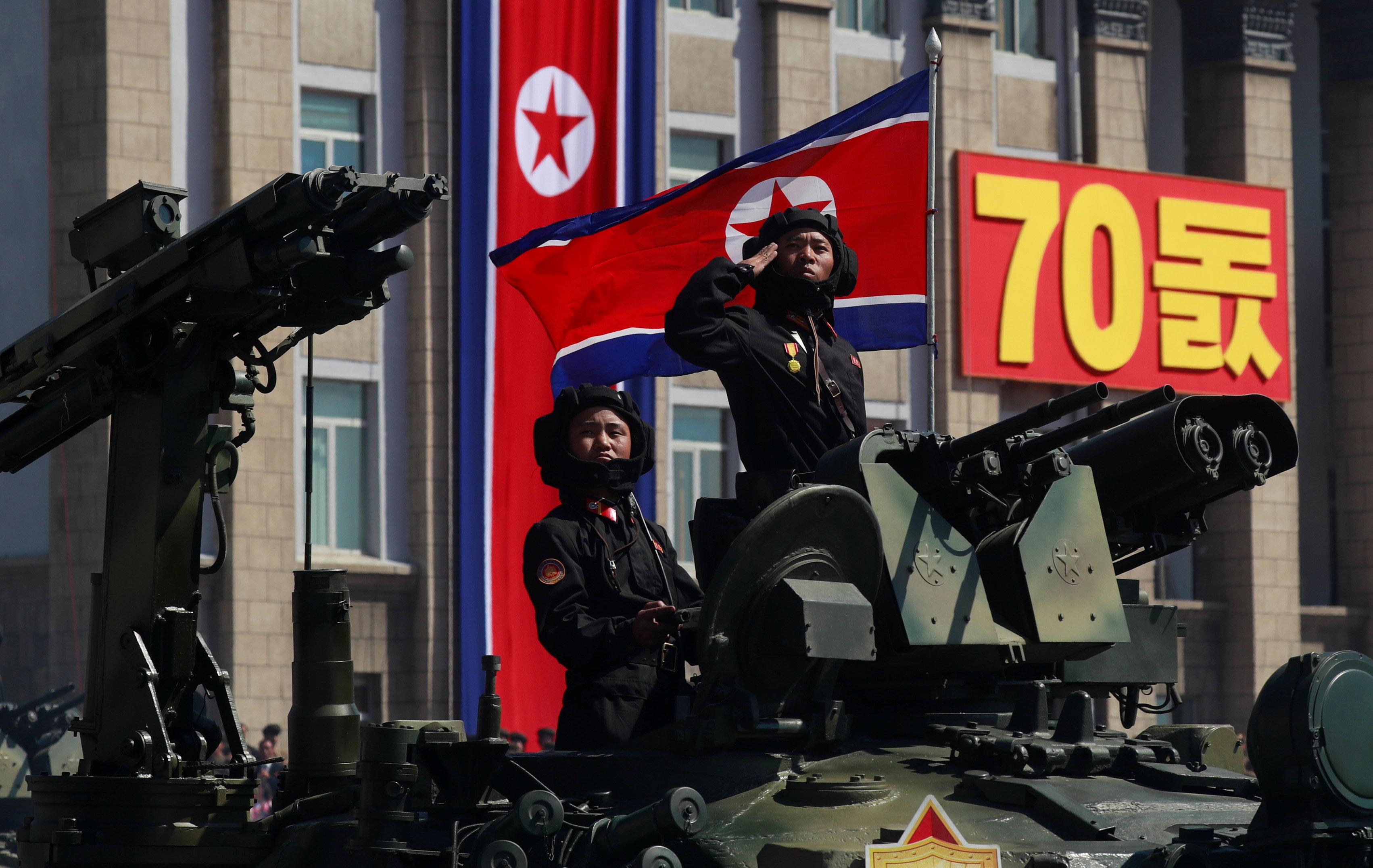 جندي يحيى وهو يركب دبابة خلال عرض عسكرى بمناسبة الذكرى السبعين لتأسيس كوريا الشمالية