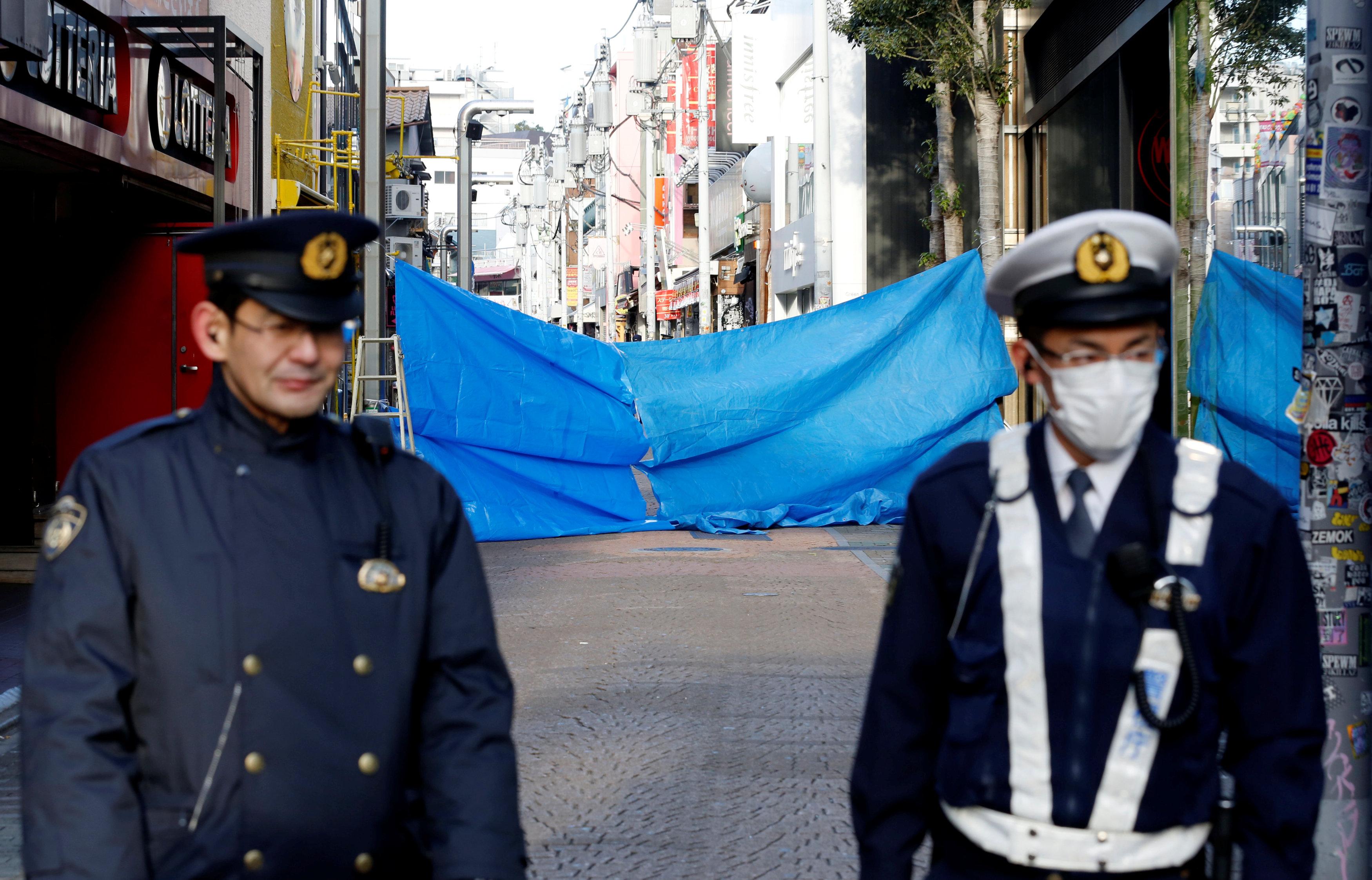 الشرطة اليابانية بجوار الحادث