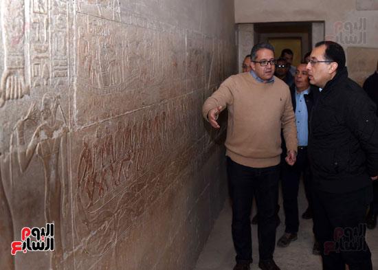 رئيس الوزراء يتفقد مشروعات الترميم بمنطقة آثار سقارة  (10)