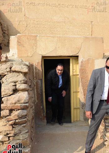 رئيس الوزراء يتفقد مشروعات الترميم بمنطقة آثار سقارة  (13)