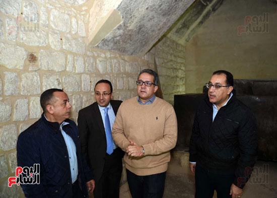 رئيس الوزراء يتفقد مشروعات الترميم بمنطقة آثار سقارة  (8)