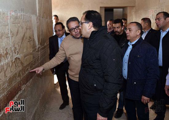 رئيس الوزراء يتفقد مشروعات الترميم بمنطقة آثار سقارة  (9)