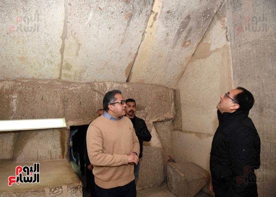 رئيس الوزراء يتفقد مشروعات الترميم بمنطقة آثار سقارة  (7)