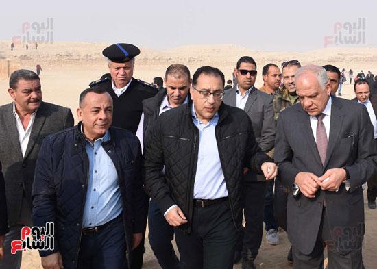 رئيس الوزراء يتفقد مشروعات الترميم بمنطقة آثار سقارة  (20)