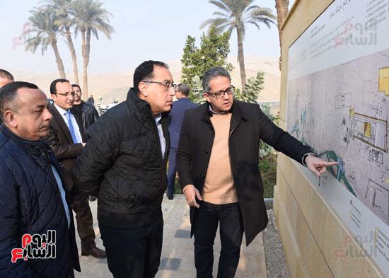 رئيس الوزراء يتفقد مشروعات الترميم بمنطقة آثار سقارة  (1)