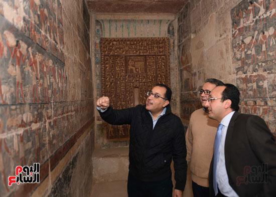 رئيس الوزراء يتفقد مشروعات الترميم بمنطقة آثار سقارة  (12)
