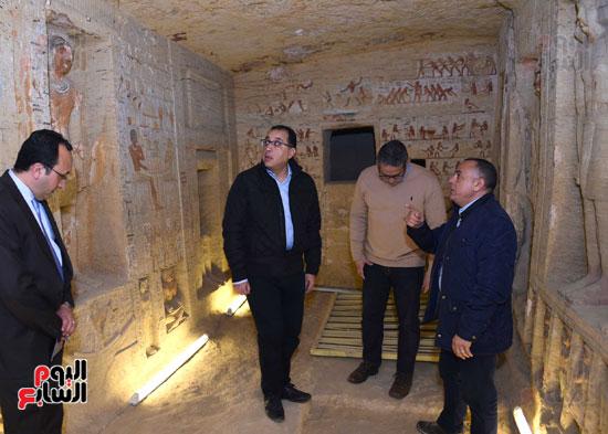 رئيس الوزراء يتفقد مشروعات الترميم بمنطقة آثار سقارة  (4)