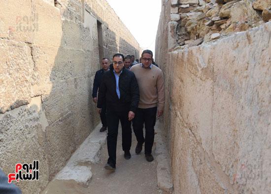 رئيس الوزراء يتفقد مشروعات الترميم بمنطقة آثار سقارة  (14)