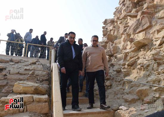 رئيس الوزراء يتفقد مشروعات الترميم بمنطقة آثار سقارة  (15)