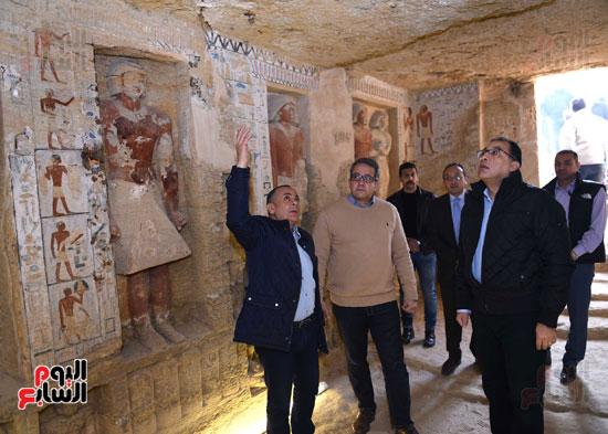 رئيس الوزراء يتفقد مشروعات الترميم بمنطقة آثار سقارة  (2)