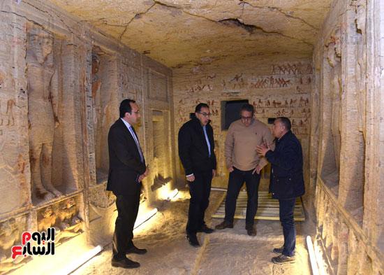 رئيس الوزراء يتفقد مشروعات الترميم بمنطقة آثار سقارة  (5)