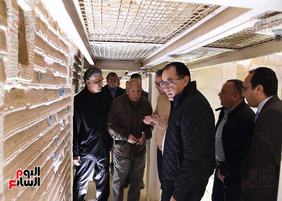 رئيس الوزراء يتفقد مشروعات الترميم بمنطقة آثار سقارة  (19)