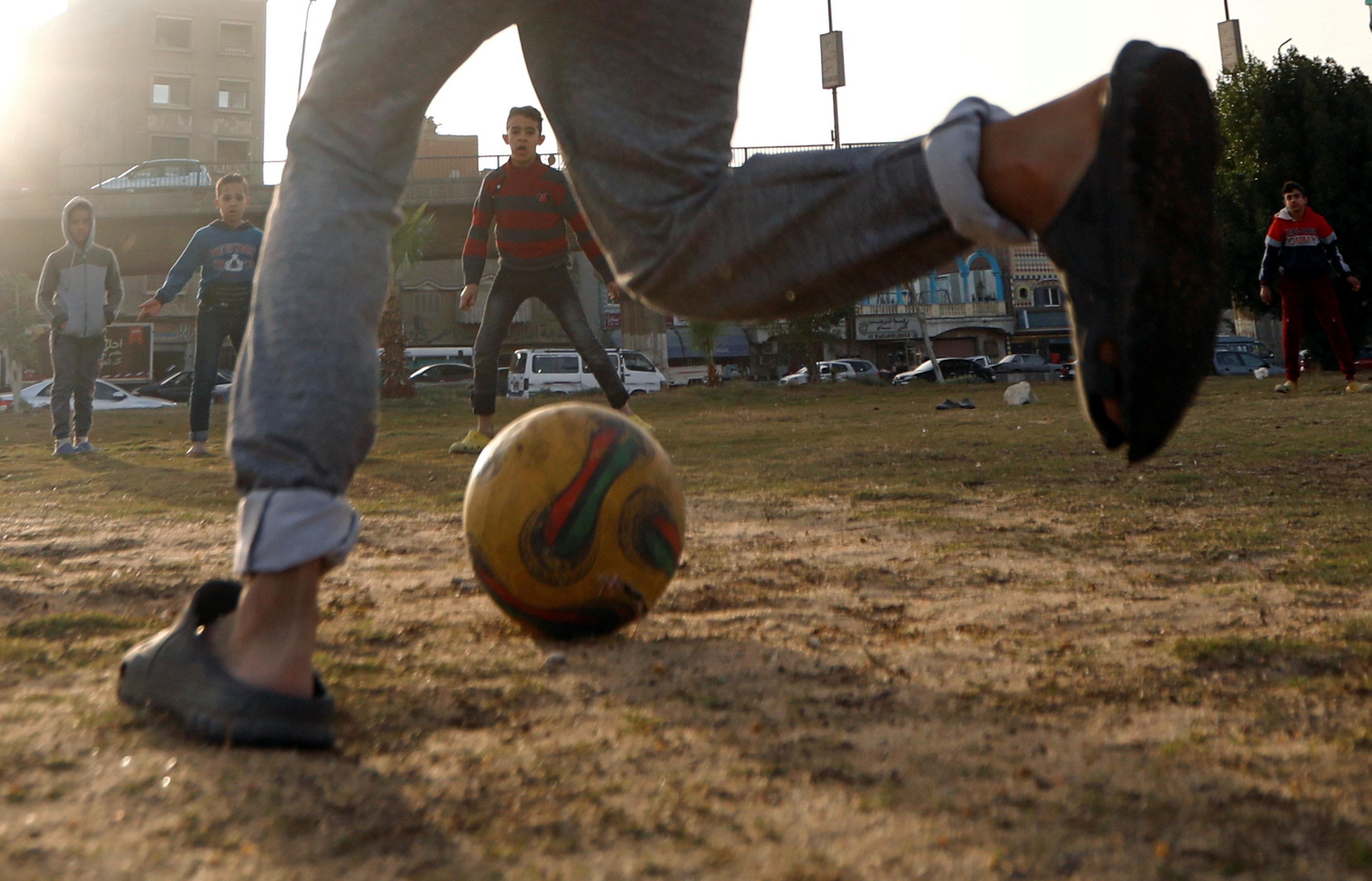 اطفال يلعبون كرة القدم