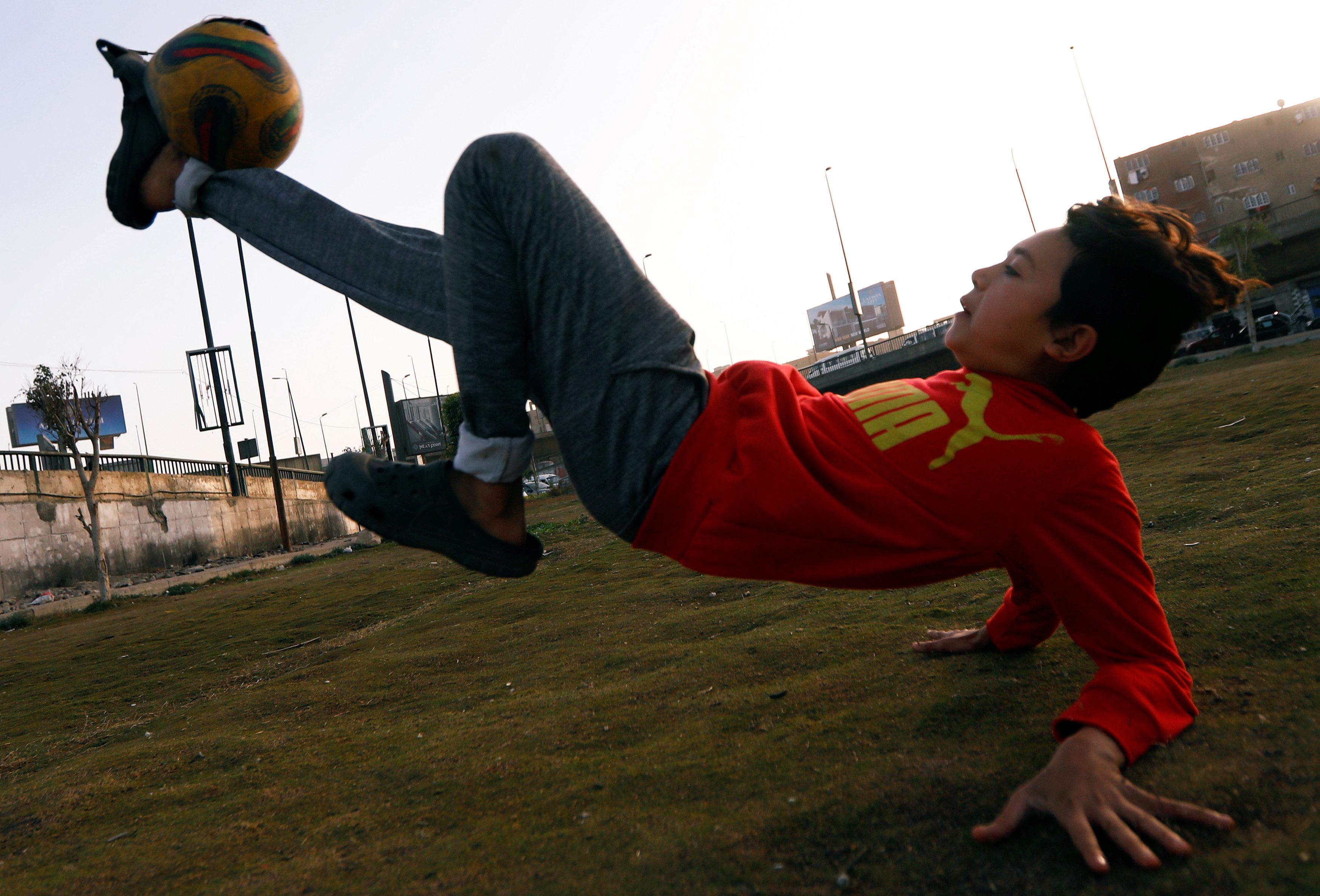 اطفال يلعبون كرة القدم 4