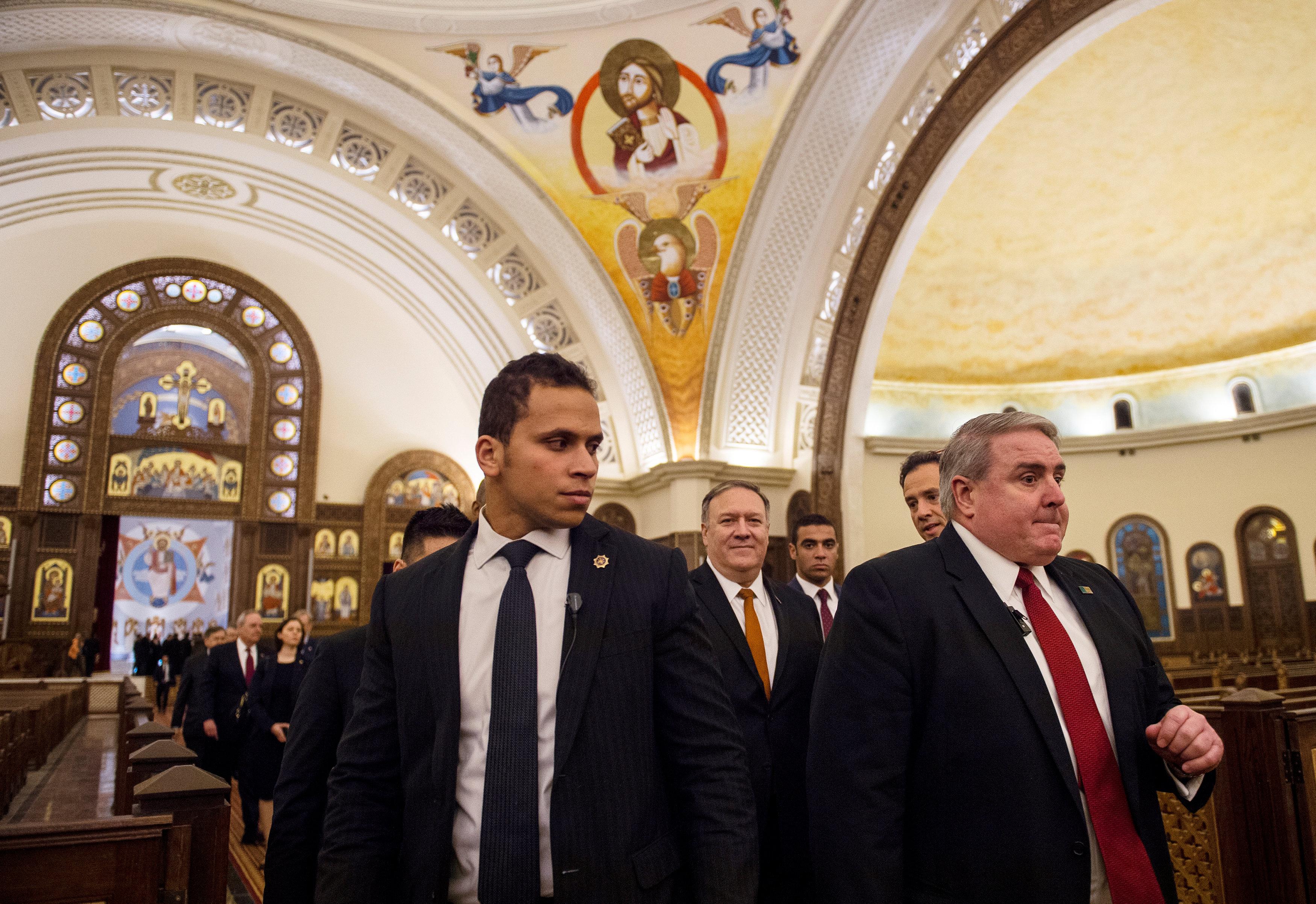 بومبيو مع عدد من أعضاء الوفد الأمريكى بالكاتدرائية الجديدة
